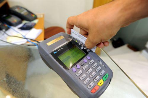 Με κάρτα οι συναλλαγές άνω των 70 ευρώ στα νησιά | tanea.gr