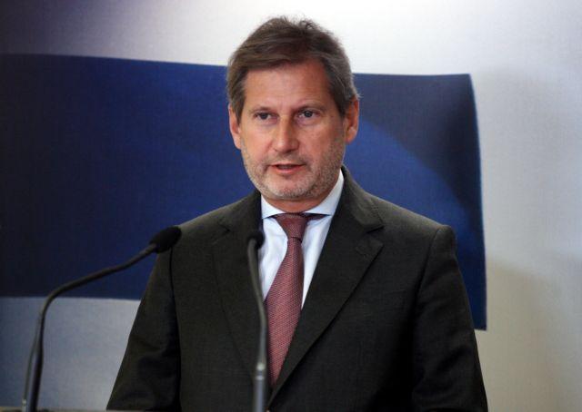Στα Σκόπια ο Γιοχάνες Χαν για συζητήσεις με τους πολιτικούς αρχηγούς | tanea.gr