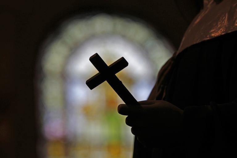 Ιταλός καθολικός ιερέας παύθηκε των καθηκόντων του διότι δικαιολόγησε τους παιδεραστές παπάδες | tanea.gr