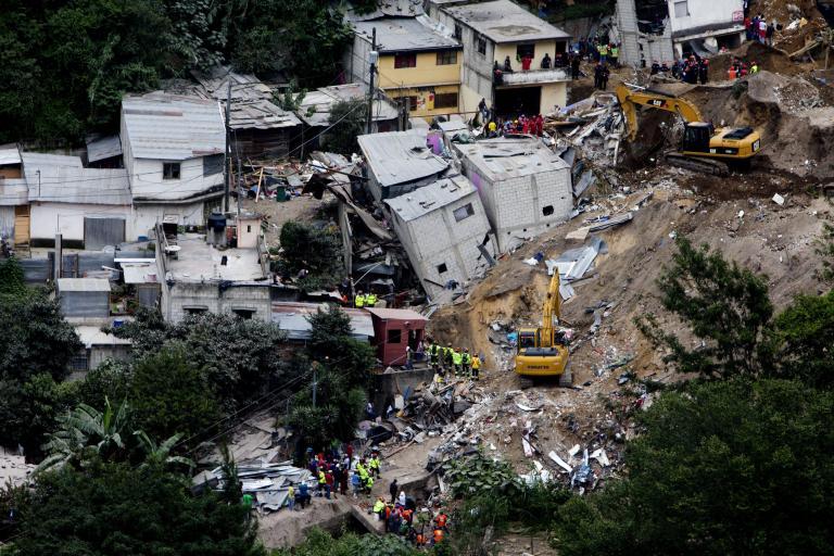 Γουατεμάλα: Βρέθηκαν 130 πτώματα ενώ αγνοούνται 300 άνθρωποι από την κατολίσθηση | tanea.gr