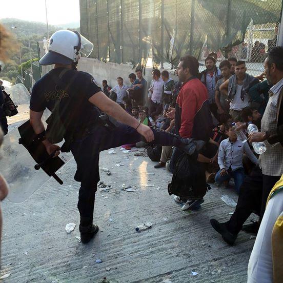 ΕΔΕ για τον αστυνομικό που κλώτσησε μετανάστη στη Μυτιλήνη   tanea.gr
