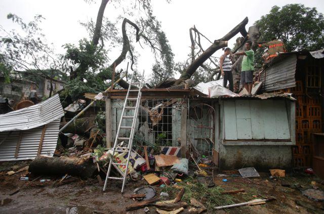Φιλιππίνες: Περιμένουν βοήθεια στις στέγες των σπιτιών τους, λόγω του τυφώνα Κοπού | tanea.gr