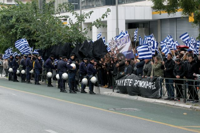 Συγκέντρωση μελών της Χρυσής Αυγής έξω από τη ΓΑΔΑ | tanea.gr