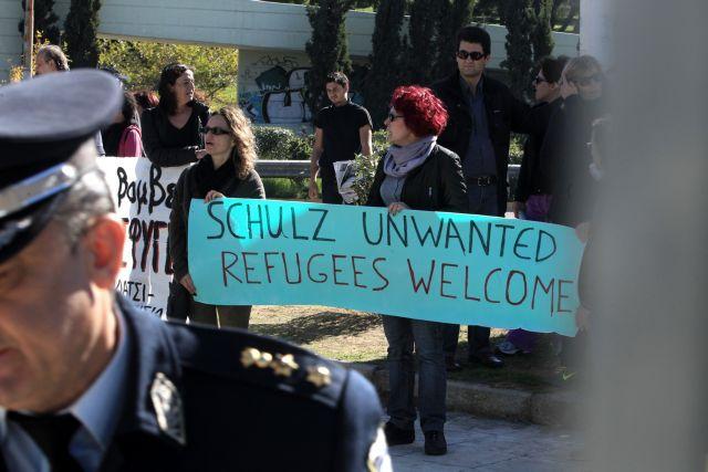 Tο κέντρο φιλοξενίας προσφύγων στο Γαλάτσι επισκέφθηκε ο Μ. Σουλτς | tanea.gr