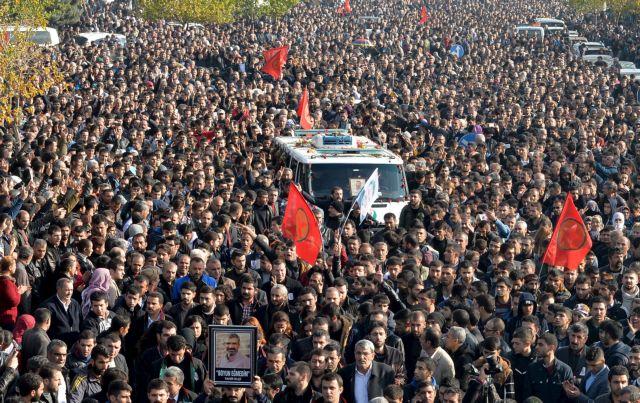 Τουρκία: Δεκάδες χιλιάδες στην κηδεία του Κούρδου δικηγόρου   tanea.gr