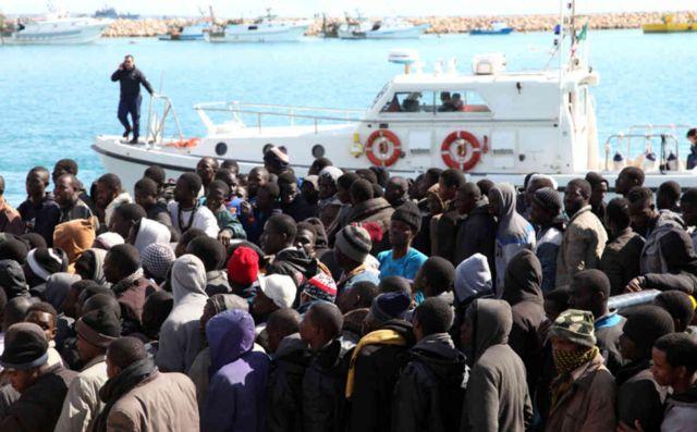 Λαμπεντούζα: Αρνούνται οι μετανάστες να δώσουν δακτυλικά αποτυπώματα   tanea.gr