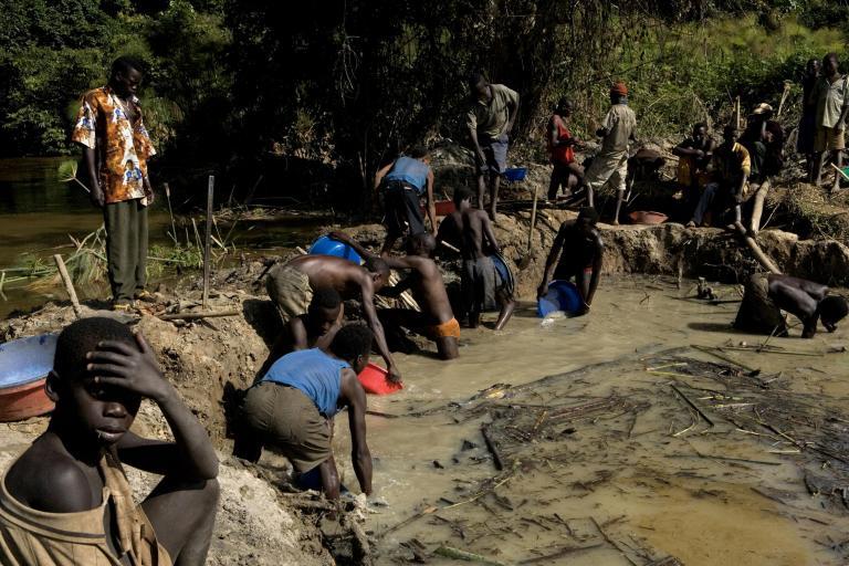 Εκθεση-σοκ: Παιδιά επτά ετών εργάζονται νυχθημερόν σε ορυχεία για την παραγωγή smartphones   tanea.gr