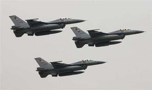 Μπαράζ τουρκικών παραβιάσεων και εικονικές αερομαχίες πάνω από το Αιγαίο | tanea.gr