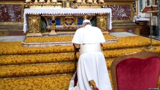 Βατικανό: Ο Πάπας προσέφερε στην Παρθένο λουλούδια με τα ελληνικά χρώματα | tanea.gr