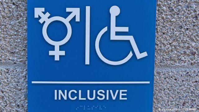 Με μήνυση κατά του Ομπάμα κλιμακώνεται η «μάχη των τουαλετών»   tanea.gr