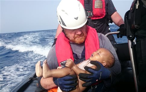 Γροθιά στις συνειδήσεις η φωτογραφία «του μωρού που κοιμάται» στην Μεσόγειο   tanea.gr