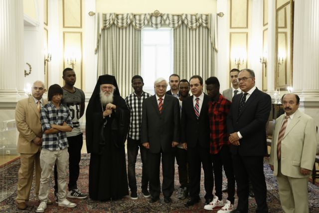 Επίσκεψη Ιερώνυμου με ασυνόδευτα προσφυγόπουλα που φιλοξενεί η «Αποστολή» στον Πρόεδρο της Δημοκρατίας | tanea.gr