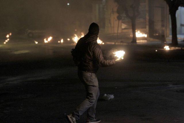 Μολότοφ εναντίον διμοιρίας των ΜΑΤ έξω από το Πολυτεχνείο | tanea.gr
