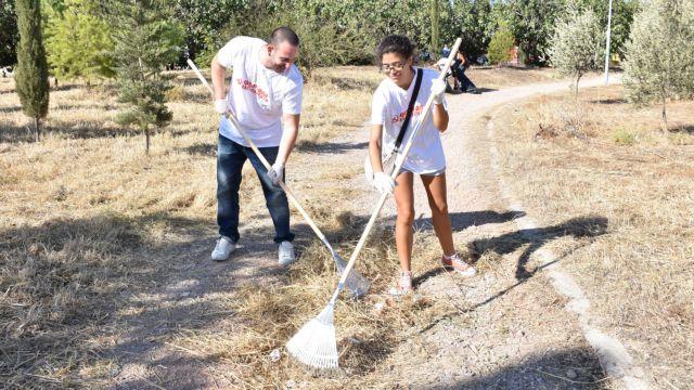 [Μικροπολιτικός] Οι κνίτες καθαρίζουν το Πάρκο Τρίτση | tanea.gr