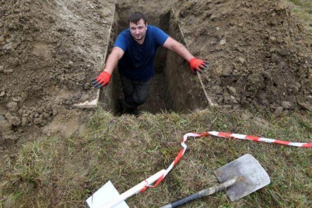 Σλοβάκοι οι νικητές διεθνούς - μακάβριου - διαγωνισμού για τον καλύτερο τάφο   tanea.gr