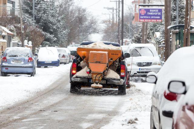 Φλώρινα: Μεταφέρουν το χιόνι με φορτηγά από το κέντρο της πόλης   tanea.gr