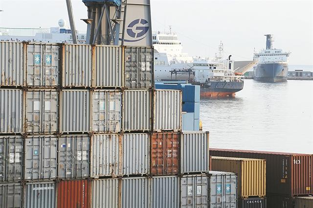 Γιατί πλημμύρισε ο Πειραιάς από «άδεια» containers | tanea.gr