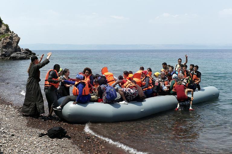Πρόσφυγες έφθασαν κολυμπώντας ανοιχτά της Χίου - Αλλοι 113 στα νησιά   tanea.gr