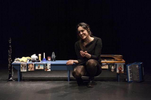 Η Χριστίνα Μαξούρη μιλάει για τα «Δανεικά Παπούτσια» | tanea.gr
