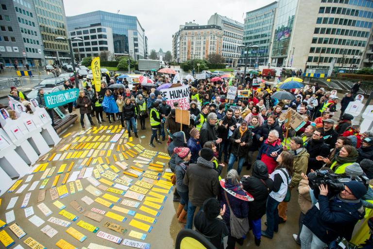 Εκατοντάδες διαδήλωσαν στις Βρυξέλλες για τους πρόσφυγες στην Ελλάδα | tanea.gr