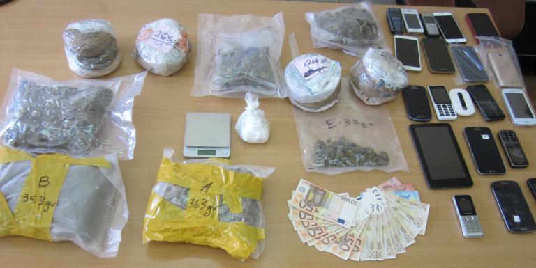 Σωφρονιστικός σε κύκλωμα που περνούσε ναρκωτικά και κινητά σε φυλακές | tanea.gr