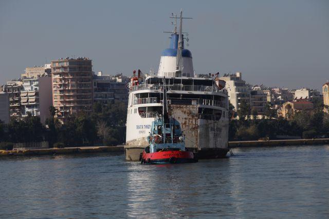 Απομακρύνθηκε από το λιμάνι του Πειραιά το «Παναγία Τήνου» | tanea.gr