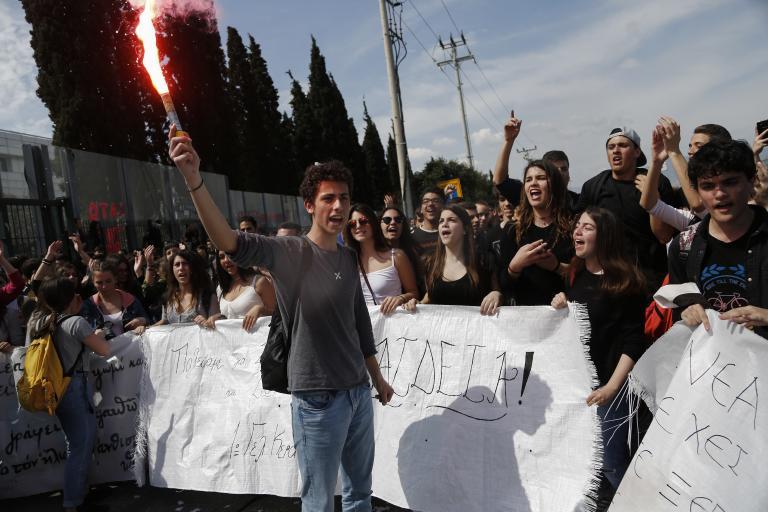 Συγκέντρωση διαμαρτυρίας μαθητών, φοιτητών και γονέων στο υπ. Παιδείας | tanea.gr