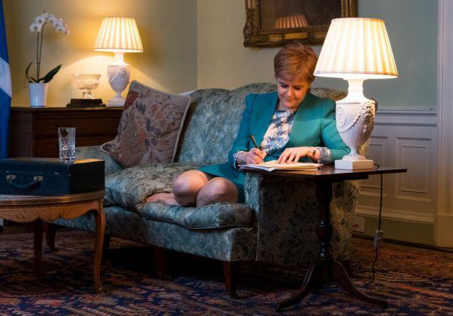 Σκωτία: Η Στέρτζον υπογράφει το αίτημα δεύτερου δημοψηφίσματος | tanea.gr