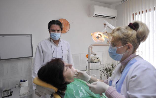 Ζούμε με χαλασμένα δόντια γιατί δεν έχουμε χρήματα να τα φτιάξουμε   tanea.gr