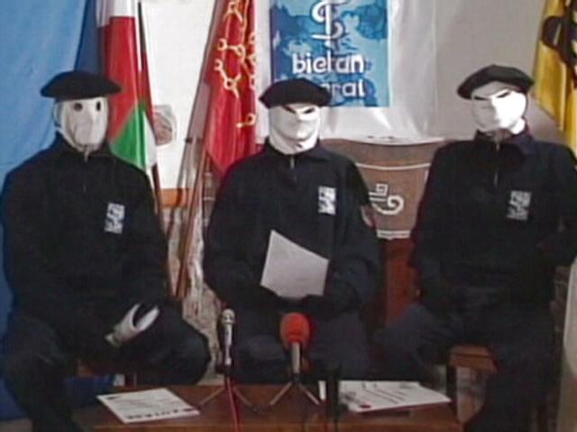 Οι βάσκοι της ΕΤΑ υπόσχονται να παραδώσουν αύριο τον οπλισμό τους   tanea.gr