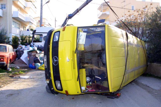 Ανατροπή σχολικού λεωφορείου στα Βριλήσσια - Δεν επέβαιναν παιδιά   tanea.gr