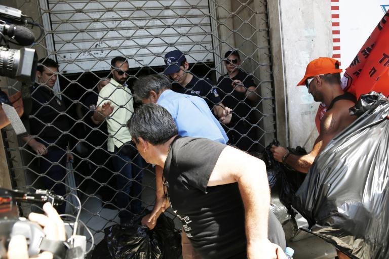 Ενταση στην πορεία των συμβασιούχων στους ΟΤΑ | tanea.gr