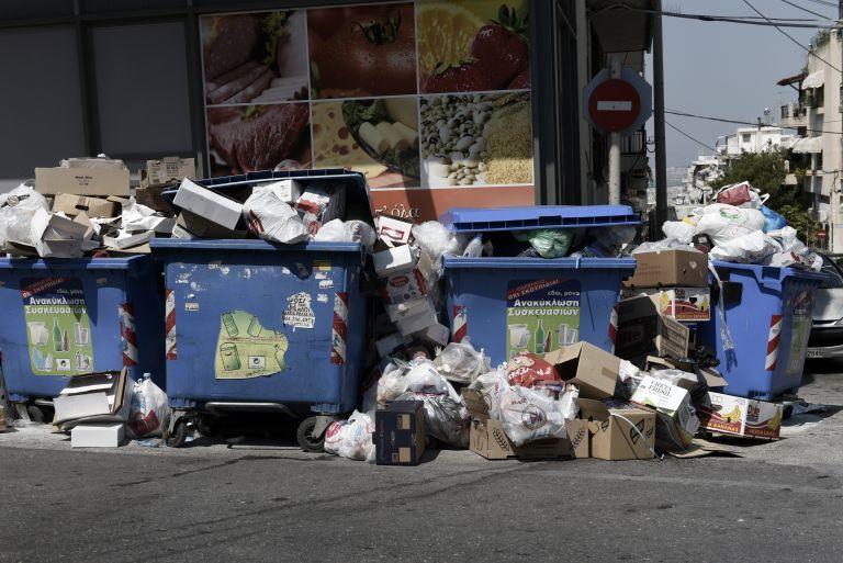 Τοξική ατμόσφαιρα από σκουπίδια και καύσωνα - Συνεχίζουν την απεργία έως την Πέμπτη | tanea.gr