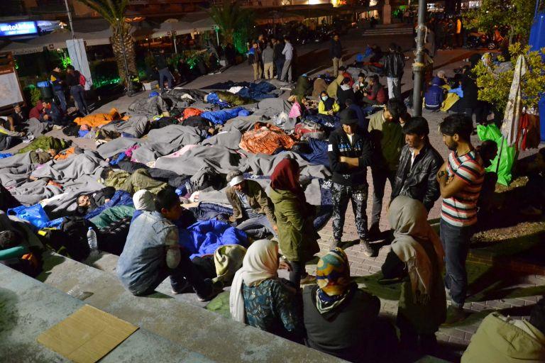 Μετανάστες κατέλαβαν την πλατεία Σαπφούς στη Μυτιλήνη   tanea.gr
