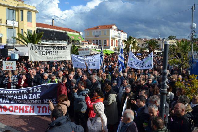 Λέσβος: Ενταση για τις σκηνές προσφύγων στην πλατεία Σαπφούς   tanea.gr