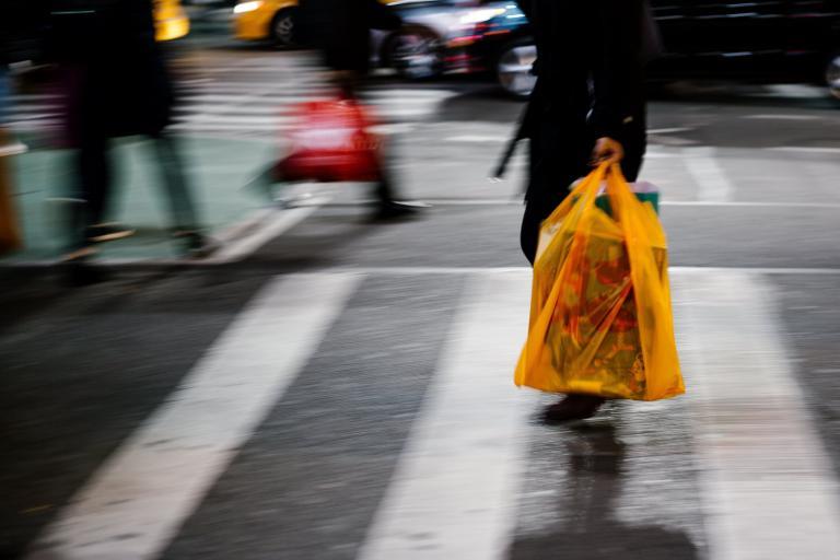 Διευκρινίσεις για τις πλαστικές σακούλες ζητούν οι έμποροι   tanea.gr