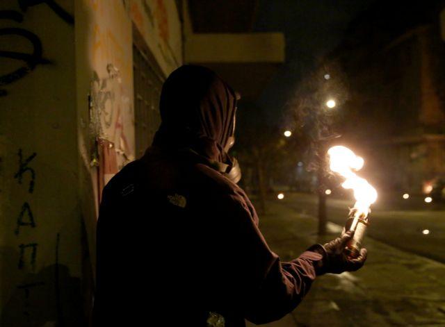 Μπαράζ επιθέσεων με μολότοφ στο Πολυτεχνείο | tanea.gr