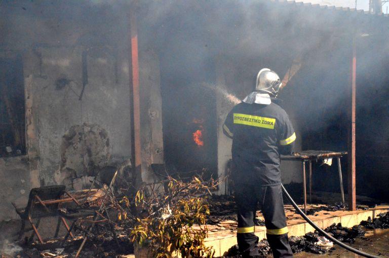 Στις φλόγες εργοστάσιο στη Μάνδρα Αττικής | tanea.gr