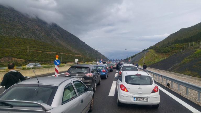 Απίστευτη ταλαιπωρία στις εθνικές οδούς με ουρές χιλιομέτρων | tanea.gr