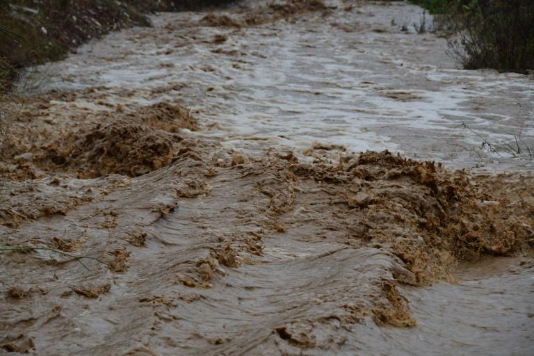 Λάρισα: Πλημμύρες και κατολισθήσεις στα παράλια του νομού   tanea.gr