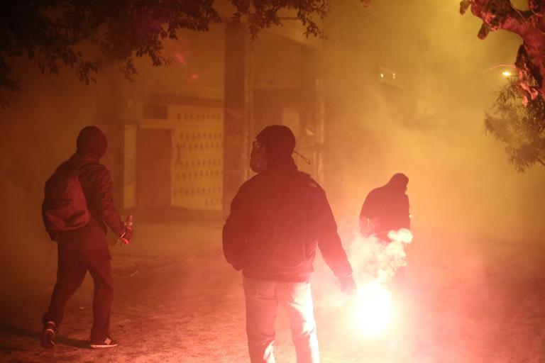 Μπαράζ επιθέσεων με μολότοφ στο Πολυτεχνείο - τρεις προσαγωγές   tanea.gr