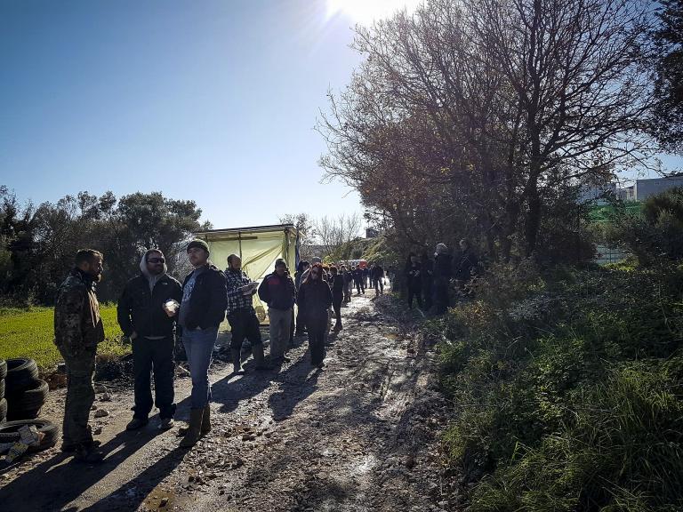 Απρόκλητη επίθεση εναντίον δημοσιογράφων στον καταυλισμό της ΒΙΑΛ   tanea.gr