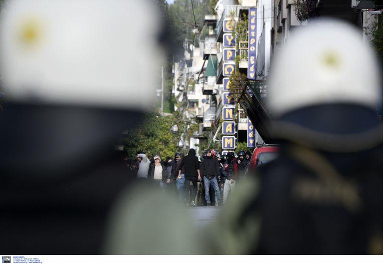 Επιτέθηκαν σε μοτοσικλετιστή που κρατούσε ελληνική σημαία | tanea.gr