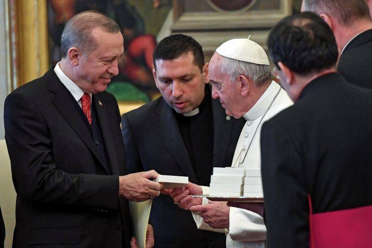 Ο πάπας Φραγκίσκος δώρισε στον Ερντογάν «τον Αγγελο της Ειρήνης» | tanea.gr
