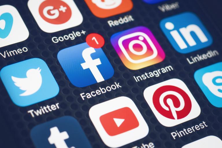 Οι γονείς περισσότερο εθισμένοι από τα παιδιά στα μέσα κοινωνικής δικτύωσης | tanea.gr