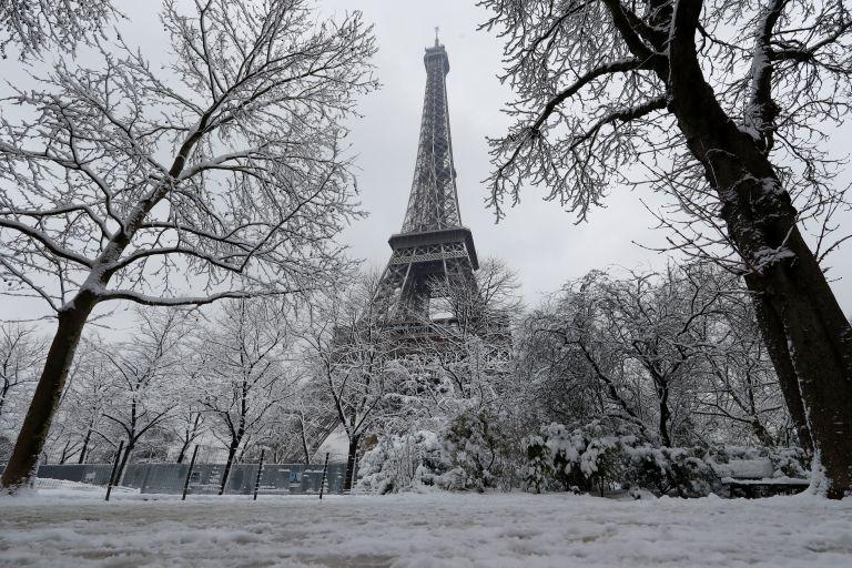 Παρίσι: Σε «λευκό μανδύα» η πόλη του φωτός | tanea.gr