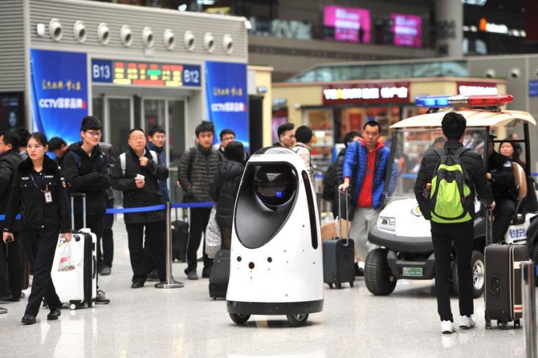 Αστυνομικοί - ρομπότ στην υπηρεσία ταξιδιωτών   tanea.gr