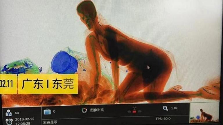 Κινέζα «μπήκε» στο μηχάνημα ελέγχου αποσκευών μαζί με την τσάντα της (βίντεο) | tanea.gr