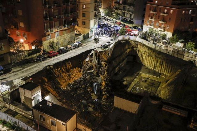 Ρώμη: Ανοιξε η γη και «κατάπιε» οκτώ αυτοκίνητα | tanea.gr
