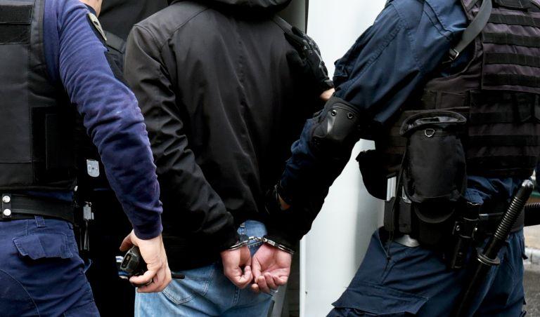 Χειροπέδες σε δύο εγκληματικές οργανώσεις – 17 συλλήψεις | tanea.gr
